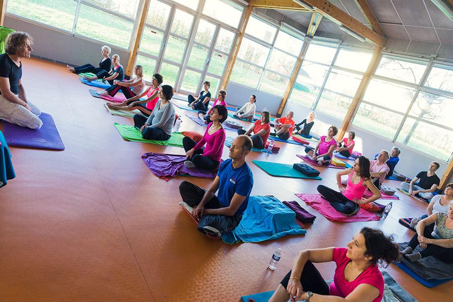 Choisir entre un cours particulier et collectif de yoga